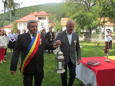 Arges: La Stoenesti a fost aprinsa Flacara Centenarului si s-a facutreceptiaScoliiBadeni!